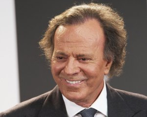 julio-iglesias-receives-award-02