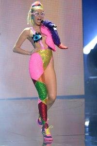 425_Miley_Cyrus_VMAs_01
